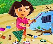 Дора убирается на пляже