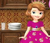 Маленькая принцесса София убирается на кухне