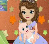 Принцесса София ухаживает за своим ребенком