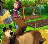 Маша и Медведь развлекаются  на ферме