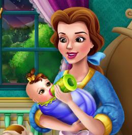 Принцесса Белль кормит своего младенца