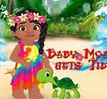 Малышка Моана принимает морскую ванну